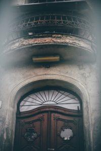 1 anna_włodarczyk_podejrzane przez dziurę w płocie